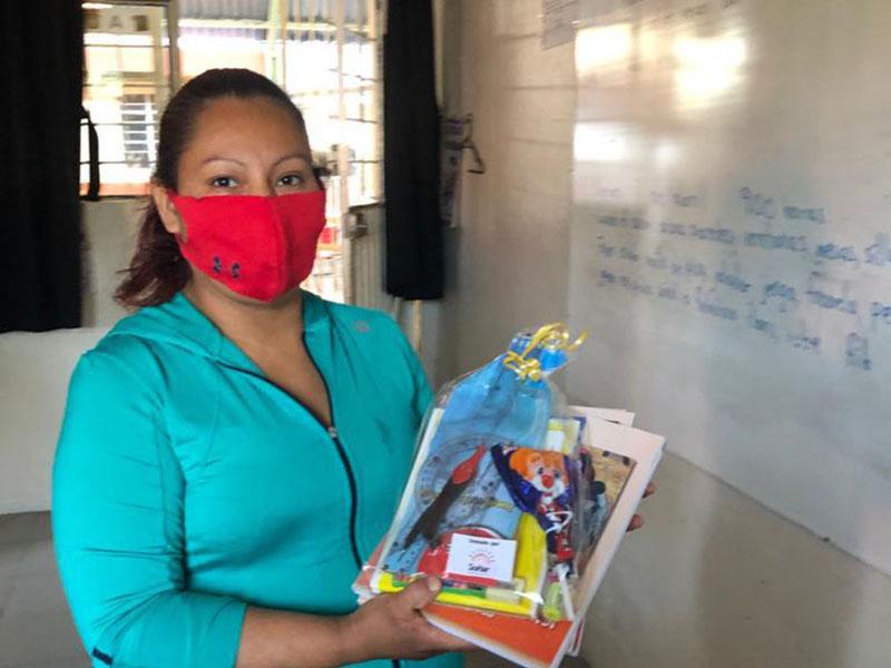 2 / 4 - Alumnos del Grupo Soñar Despierto Realizan Entrega de Artículos Escolares y de Libros