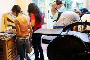 Alumnos de Diseño Gráfico visitan La Ceiba Gráfica
