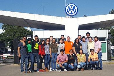 Alumnos de la Escuela de Ingeniería visitan la planta VW de Puebla