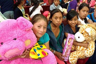 Entrega de juguetes en la comunidad de Ayahualulco