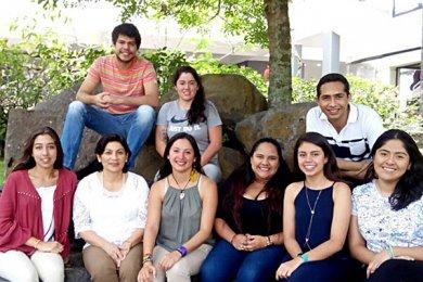 Egresada da plática para alumnos de Dirección en Desarrollo Turístico