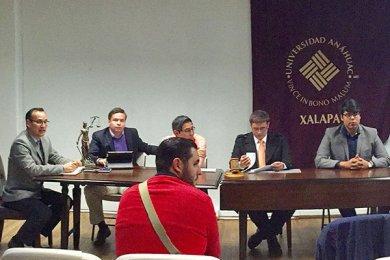 Presentación de cursos en línea por alumnos de Derecho